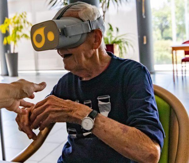 senior essaye la réalité virtuelle en ehpad